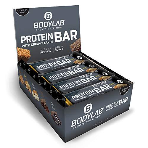 Bodylab24 Crispy Protein Bar 12 x 65g, Protein-Riegel mit 27g Eiweiß pro Riegel, Zuckerarmer Fitness Snack, Knuspriger Eiweißriegel mit vielen Ballaststoffen, Banane Karamell