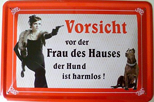 vielesguenstig-2013 Blechschild 20x30cm - Vorsicht vor der Frau des Hauses - der Hund ist harmlos (rot)