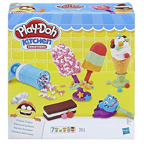 Crea todo tipo de postres helados Play-Doh Polos, divertidos sándwiches de helado y mucho más Incluye un soporte para mostrar tus creaciones Ponle por encima divertidas virutas o estampa golosinas con los cuños Las cartas de creaciones incluyen instr...
