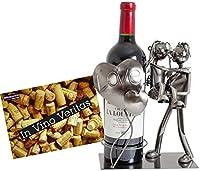 Portabottiglia con scultura coppia di innamorati col cuore in metallo Altezza 24 cm (senza bottiglia) larghezza 13 cm Diametro massimo bottiglia 8,5 cm Composto da un pezzo (non comprende la bottiglia) Saldatura di metallo, ottimo regalo per gli inna...
