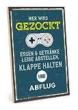 TypeStoff Holzschild mit Spruch – Hier Wird GEZOCKT – im Vintage-Look mit Zitat als Geschenk und Dekoration (Größe: 19,5 x 28,2 cm)