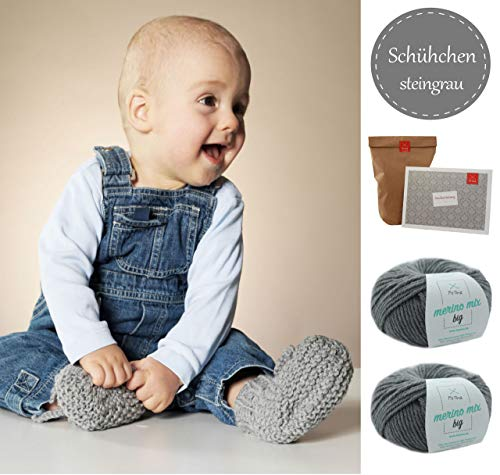 MyOma Schühchen/Socken Strickset -DIY Schühchen Wollmaus- DIY Strickpaket für Babys in steingrau (Fb 90)+ GRATIS Label - DIY mit 1 Knäuel Grauer Merino Mix Big-Wolle + Anleitung, INKL. NADELN