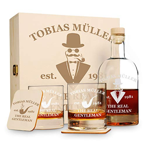 polar-effekt 6 TLG Geschenk-Set in Holzkiste mit Gravur - 2 Whiskygläser, 2 Untersetzer und Whisky-Karaffe in Geschenk-Box - Geschenkidee für Männer - Motiv a Gentleman
