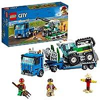 Include 2 minifigure LEGO City: un fattore e il conducente del camion, più uno spaventapasseri costruibile Contiene un grande trasportatore di mietitrebbia giocattolo con cabina, due tubi di scarico e un gancio, rimorchio, connettore per tenere in po...