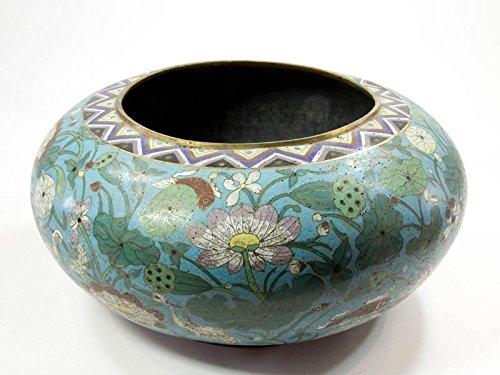 Große Cloisonné-Vase, China, umlaufend verziert mit Lotusblüten, Wasserpflanzen, Fischen und Störchen, teilweise vergoldet, eine Delle, Emailleausplatzungen, stärkere Gebrauchsspruen, sehr dekorativ. H: 22 cm, D:36 cm