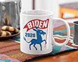 Taza de café divertida de cerámica de 11 oz, taza Biden 2020, taza retro demócrata Biden, elección 2020, política retro de los años 50, ola azul, volcado Trump, taza Ridin 'con Biden, regalos para Nav