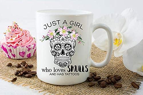 Taza de café Solo una chica que ama las calaveras y tiene tatuajes