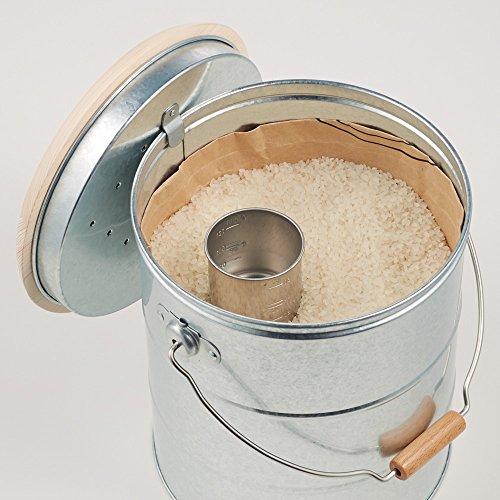 フタは本体に引っ掛けられるのが便利ですね。フタ裏には市販の防虫剤を収納できます。大事なお米をしっかり守れるのが嬉しいポイント。