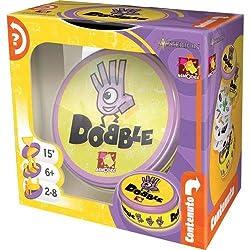 Dobble è un gioco di colpo d'occhio e velocità: per vincere dovrete essere i più rapidi a trovare l'unico simbolo in comune tra le carte svelate 5 mini giochi per partite sempre diverse ed entusiasmanti Dobble è semplice, veloce e immediato: farà div...