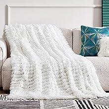 Bedsure Manta Sofa Pelo Largo - Manta Pequeña Blanco de Terciopelo Peluche, Manta Cubre Sofa Invierno Reversible con Piel Sintética Suave y Polar, 130x150 cm