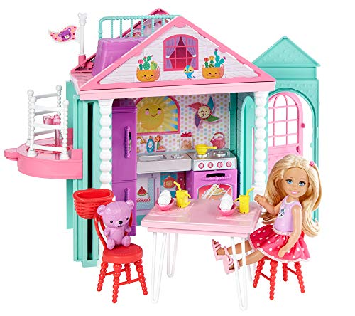 Regalo óptimo para niñas y niños de más de 3 años La casa de chelsea que incluye una muñeca y un osito Dos pisos con una cocina y un montón de opciones de juego convierten esta casa en el lugar óptimo para que las niñas se diviertan con chelsea y sus...