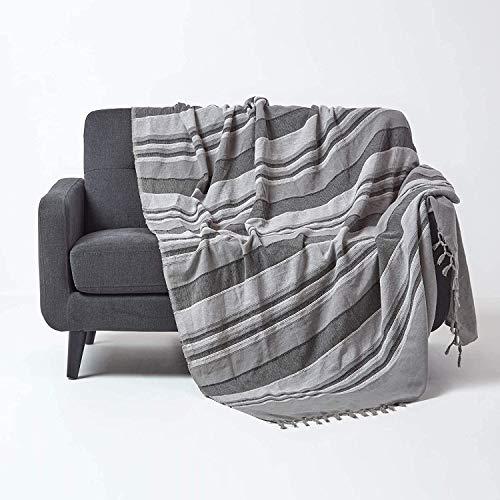 Homescapes Tagesdecke Morocco, grau, Sofa-Überwurf aus 100{0517729768f68dc21a6236cd6c85946b37ba2f2140199fc1f44527eaf20df9c9} Baumwolle, weiche Wohndecke 150 x 200 cm, dunkelgrau gestreift, mit Fransen