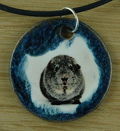 Echtes Kunsthandwerk: Lustiger Keramik Anhänger mit einem Meerschwein; Meerschweinchen, Nager, Nagetier, Haustier, Kinder
