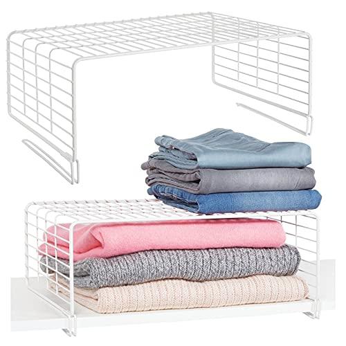 mDesign Juego de 2 cestas metálicas para armarios – Moderno separador de estantes de metal para ropa con 2 niveles – Organizador de armarios para dormitorio, cocina, pasillo y oficina – blanco