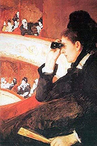 Formell gekleidet in Schwarz schaut eine Frau durch Brille oder eine Lorgnette vom Balkon eines Opernhauses während einer Aufführung, Posterdruck von Mary Cassatt (61 x 91 cm)