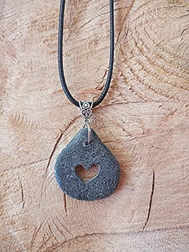 Colgante con piedra perforada con un corazón, regalo día de los enamorados, amor, love, lohas, amuleto, San Valentín, Sant Jordi, estilo Boho chic, piedra del Mediterráneo