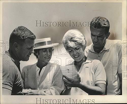 Historic Images - 1964 Press Photo Professional Golfer Barbara Romack Plays Round with Amatuers