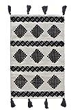 LaLe Living Alfombra pequeña PETEK estampada en blanco y negro de algodón, alfombra con pompones de 90 x 60 cm para la entrada de casa, baño o dormitorio