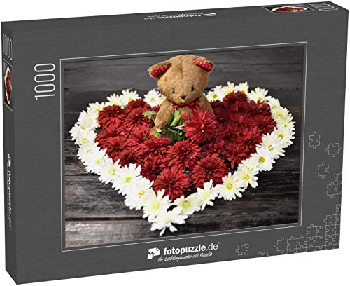 fotopuzzle.de Puzzle 1000 Teile Auf schwarzem Hintergrund, einem Herz aus frischen weißen und roten Chrysanthemenblüten und einem süßen Teddybären