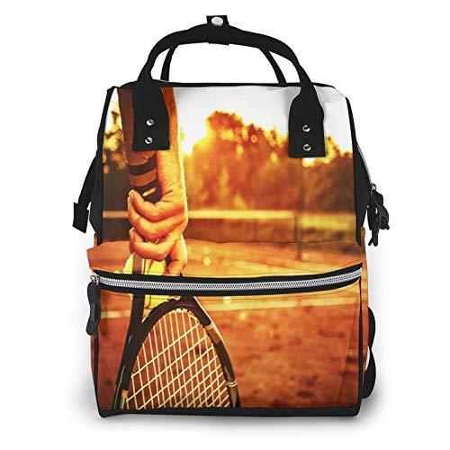 Bolsa para Cambiar Al Bebé Bolsa para Cambiar Pañales Mochila Gran Capacidad Impermeable Mochila para El Cuidado Del Bebé Hombre sujetando la raqueta de tenis