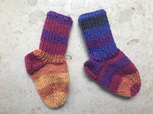 handgestrickte Babysocken 9,5cm, lila bunt gestreift, ca. 0-3 Monate, Größe 16 Socken für Neugeborene