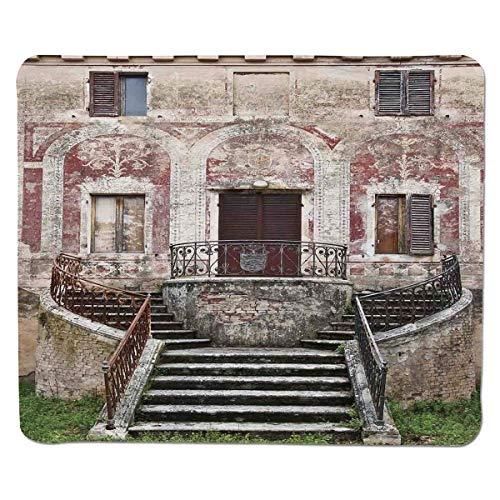Toskanischer, rustikaler Fenster-Blumentopf aus altem Holz mit Fensterläden auf mittelalterlicher Steinmauer, Burgunder-Elfenbein und grauem, genähtem, rutschfestem Gummi