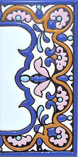 Letreros con numeros y letras en azulejo de ceramica policromada, pintados a mano en técnica cuerda seca para placas con nombres, direcciones y señaléctica. Texto personalizable. Diseño ARCO GRANDE 14,9 cm x 7,4 cm. (MARGEN