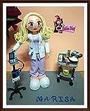Fofucha Enfermera con tensiómetro y carro auxiliar enfermería