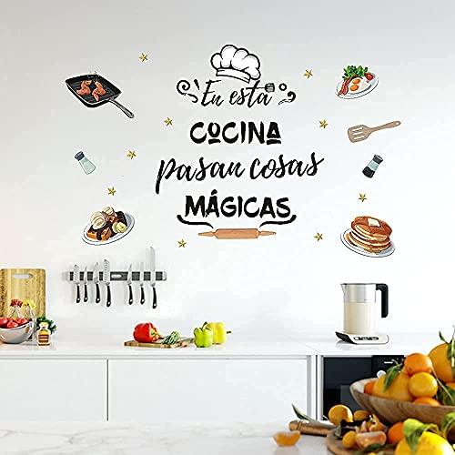 """Pegatina de Pared Cocina, Pared de Frase Letras para Cocina o Restaurante""""EN ESTA COCINA PASAN COSAS MÁGICAS"""",Pegatina pared Decorativas de Motivadoras Frases, Decoracion Comida para Cocina Ventanas"""