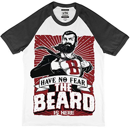 Have No Fear The Beard IS Here Estilo Béisbol Camiseta - Blanco/Negro, Large
