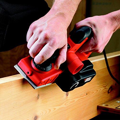 BLACK+DECKER KW750K-QS Rabot filaire - Vitesse : 16 000 trs/min - Coupe jusqu'à 2 mm (12 positions) - Guide parallèle et sac collecteur - Livrée en coffret 750W, Noir/Orange, 290 x 82 mm