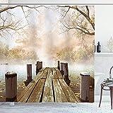 Herbst-Duschvorhang, Alter hölzerner Steg auf einem See mit gefallenen Blättern & nebligem Wald in der Ferne, Stoff-Stoff-Badezimmer-Dekor-Set mit Haken, Braunbeige