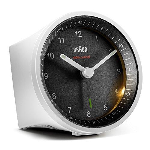 Klassischer analoger Funkwecker von Braun für die Mitteleuropäische Zeitzone (MEZ/GMT+1) mit Schlummerfunktion und Beleuchtung, ruhigem Uhrwerk, Crescendo-Alarm in Weiß und Schwarz, Modell BC07WB-DCF