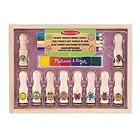 10 timbri di gomma Include un tampone di inchiostro di 6 colori con inchiostro lavabile, 5 matite colorate e un resistente vassoio di legno per riporre il tutto. I manici di legno extra lunghi tengono le dita lontane dall'inchiostro! 10 disegni unici...