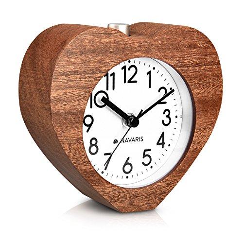 Navaris Analog Holz Wecker mit Snooze - Retro Uhr im Herz Design mit Ziffernblatt Alarm Licht - Leise Tischuhr ohne Ticken - Naturholz in Dunkelbraun
