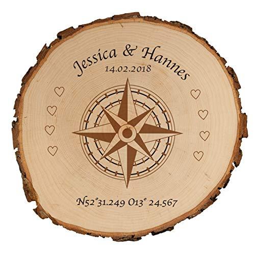 Geschenke 24 Baumscheibe - Kompass mit Personalisierung (Koordinaten, Druck, 25): personalisierte Holzscheibe mit Namen und Datum – Echtholz Wanddeko samt Rinde – persönliche Hochzeitsgeschenke