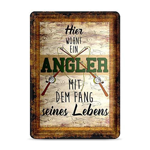 Print Royal Blechschild mit Spruch - Hier wohnt EIN Angler mit dem Fang seines Lebens - Geschenkidee für Angler/Türschild/Angeln - Hochformat DIN A6