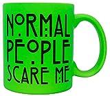 vanVerden Taza de neón con texto en alemán 'Normal People scare me', impresa por ambos lados, idea de regalo, color verde neón