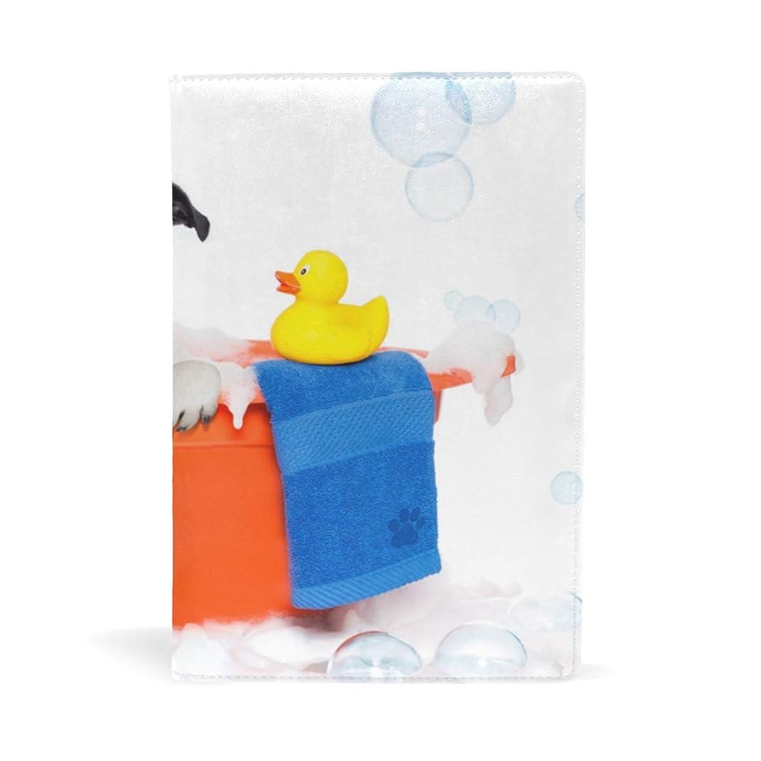詐欺師バルセロナ落ちた面白い浴室パグ ブックカバー 文庫 a5 皮革 おしゃれ 文庫本カバー 資料 収納入れ オフィス用品 読書 雑貨 プレゼント耐久性に優れ