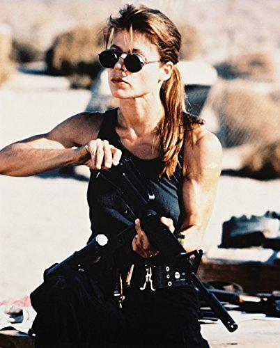 Erthstore Kunstdruck von Linda Hamilton Terminator 2 Iconic in Weste und Sonnenbrille, 27,9 x 35,6 cm