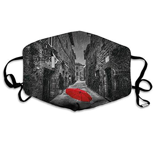 Schwarzweiss, roter Regenschirm auf Einer dunklen schmalen Straße in der Toskana Italien Regnerischer Winter, graues Zinnoberrot, gedruckte Gesichtsdekorationen