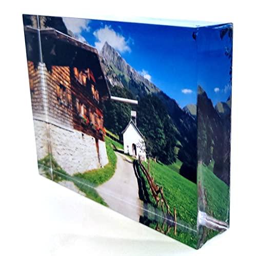 Generisch Pueblo de montaña con montañas y capilla en el Allgäu en Baviera en los Alpes sobre cristal acrílico (9,5 x 13 cm)