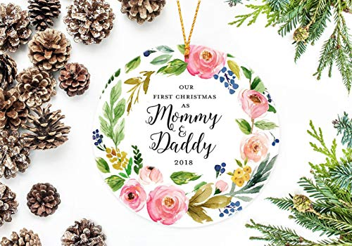 DKISEE Flat ronde vorm keramische ornament Xmas Tree Christmas Decor 2018 kerstversiering, onze First Kerstmis As Mommy and Daddy, Flower Wreath 3,1 inch