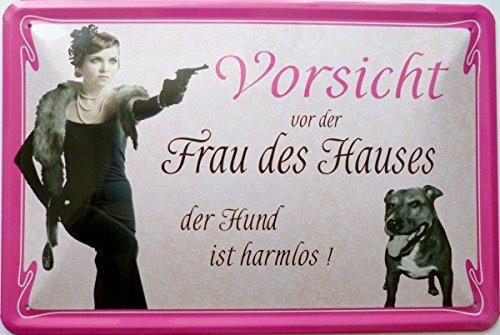 Blechschild 20x30cm - Vorsicht vor der Frau des Hauses - der Hund ist harmlos
