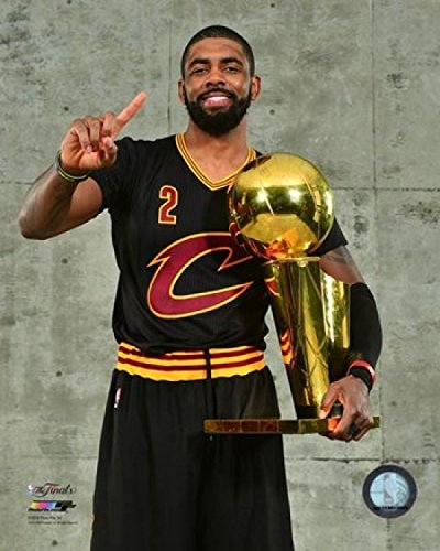 Kyrie Irving with The NBA Championship Trophy Game 7 of The 2016 NBA Finals Photo Print (50,80 x 60,96 cm)