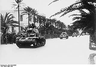Home Comforts Italiano: Carri armati Italiani del Regio Esercito (Modello M13/40) Durante UNA parata a Tripoli Vivid Imagery Laminated Poster Print 24 x 36