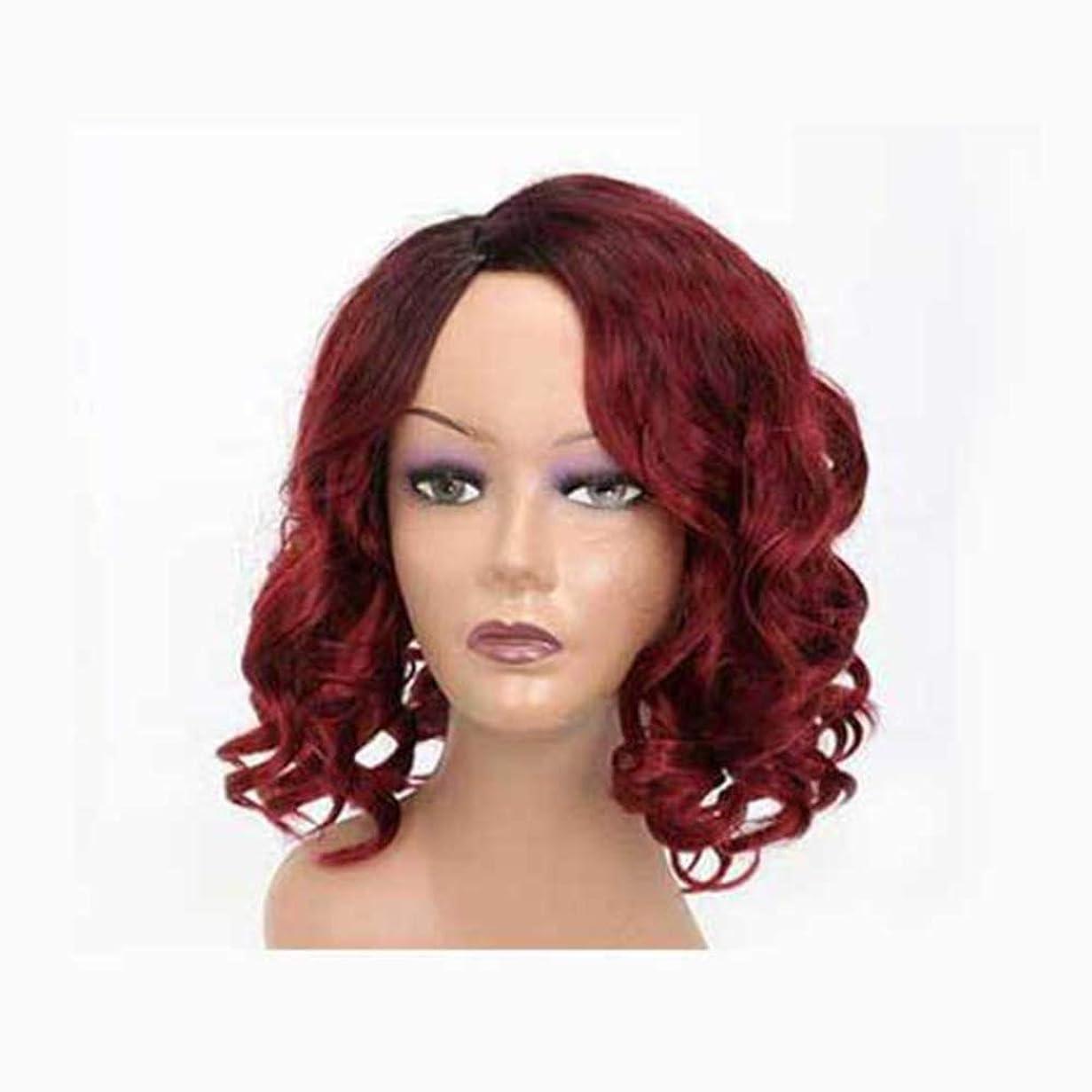 落ち着いて脆い毎月女性のための赤いかつら短い髪ふわふわの波状の髪かつら自然に見える耐熱合成ファッションかつら短い巻き毛のコスプレ