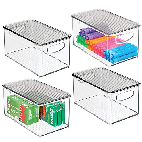 mDesign 4er-Set Aufbewahrungsbox mit integrierten Griffen – zur Aufbewahrung von Küchen-, Badezimmer- oder Büroutensilien – Kunststoffbox mit Deckel für die Schreibtischablage – durchsichtig und grau