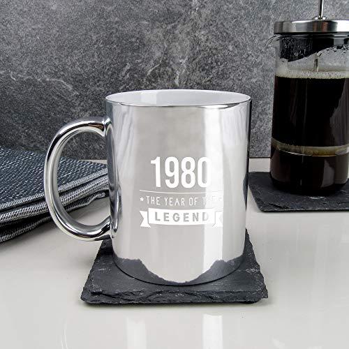 eBuyGB 2012923BL8 café grabada metálica Brillante de Plata con diseño de 1980 Year of The Legend – Regalos de 40 cumpleaños para él, Hombres, Taza de té de 350 ml, cerámica