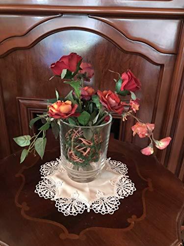Gesteck mit Rosen im Glasgefäß